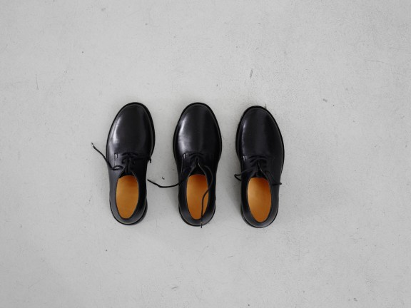 Jason Dodge, Shoes made for someone with three feet by a master shoemaker in Berlin, CEC, 2015. Photo © Sandra Pointet